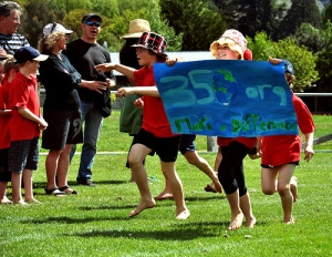 "Hawea Flat pupils running with their ""350 Make a difference"" banner (c) Simon Williams"